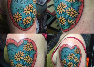 Тату цветы, сердце и надпись, татуировка о любви к маме фото