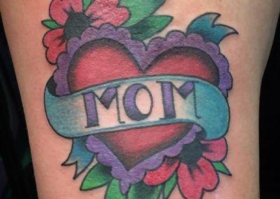Mom. Тату цветы, сердце и надпись, татуировка о любви к маме фото