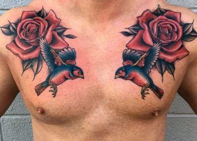 тату с розой и птицами на груди
