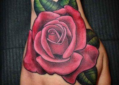 тату с розой на ладони