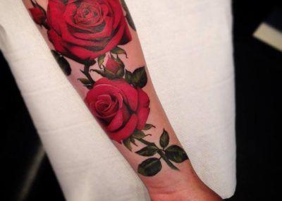 тату с розой на руке