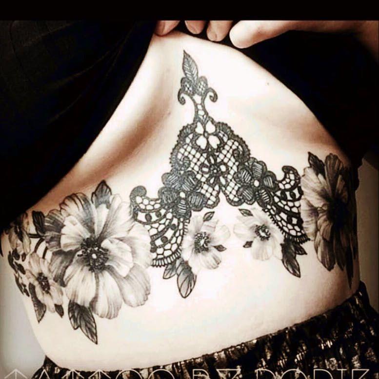 underboob on tattoo woman foto