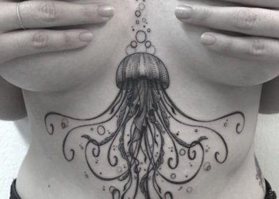Тату под грудью медуза