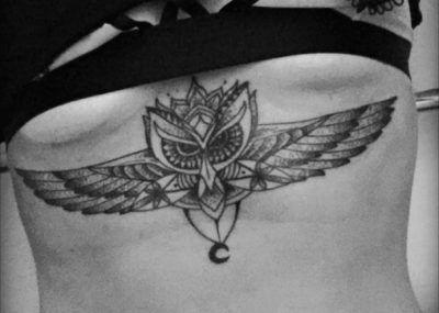 Тату под грудью крылья