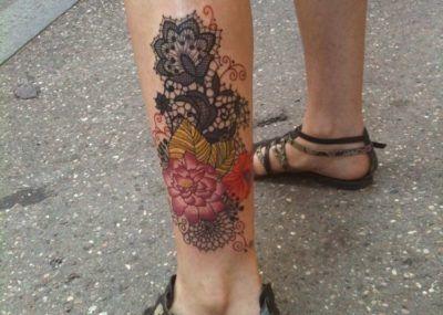 тату кружева цветы на ноге