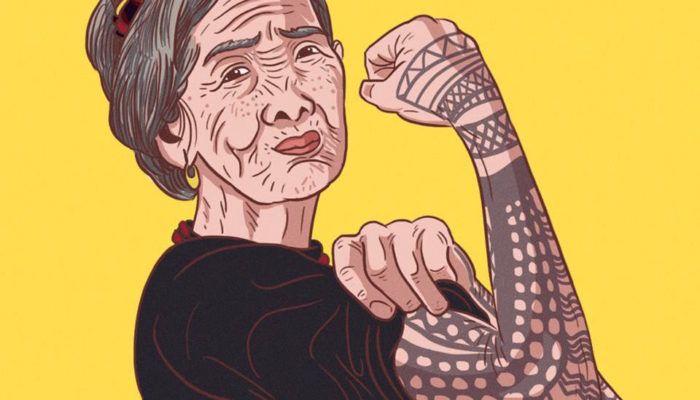 100-летняя татуировщица поработала на тату-шоу