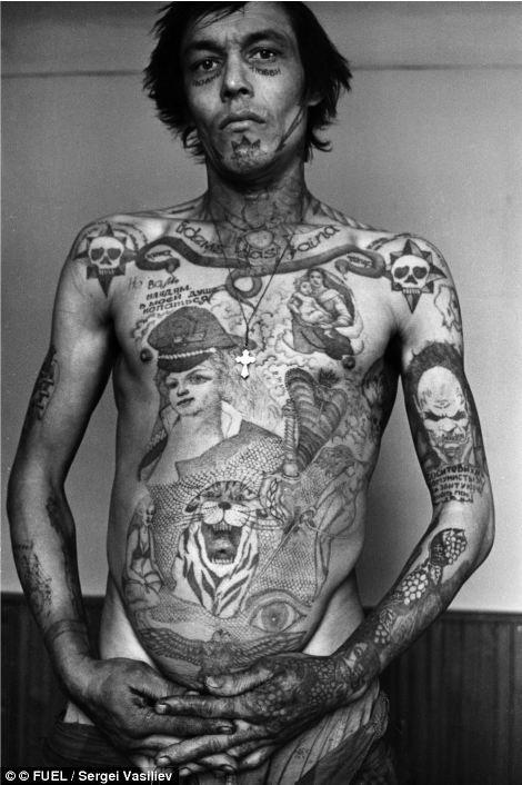 Заключенный на татуировках слева демонстрирует свой гнев и горечь в отношении коммунистической власти; татуировки на лице означают, что он никогда не ожидает свободы.
