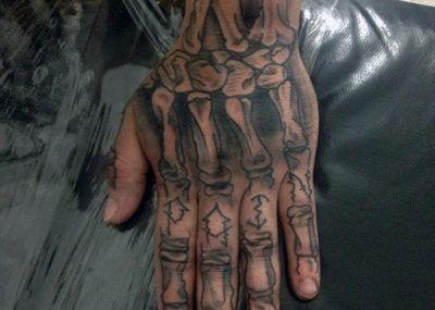 Тату на пальцах скелет