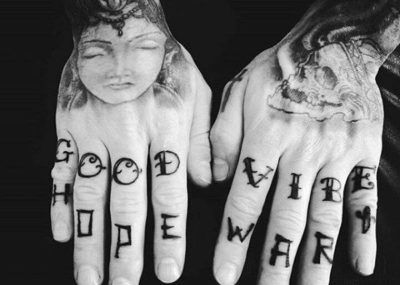 Тату на пальцах надпись
