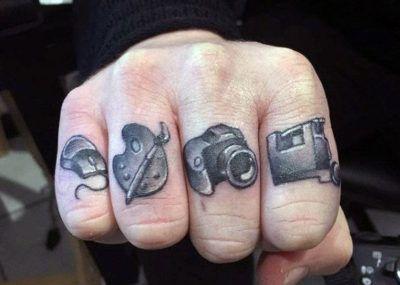 Тату на пальцах фотоаппарат
