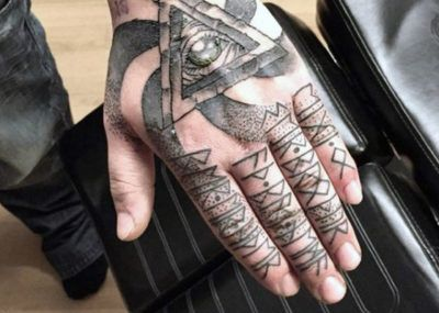 Тату на пальцах надписи