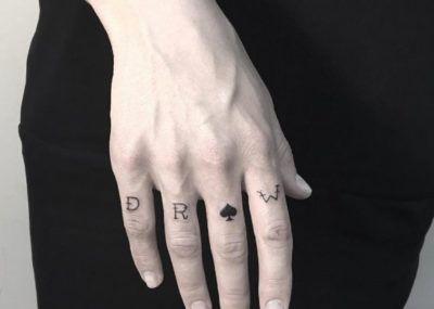 Тату на пальцах карты масти