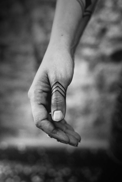 фото тату на пальцах on-tattoo linework