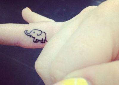Тату на пальцах слоник мини