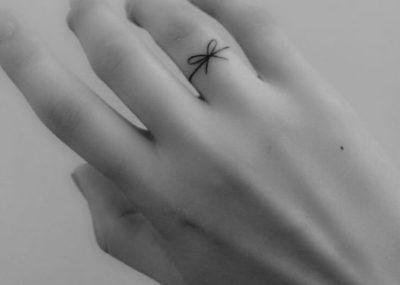 Тату на пальцах кольцо с бантиком