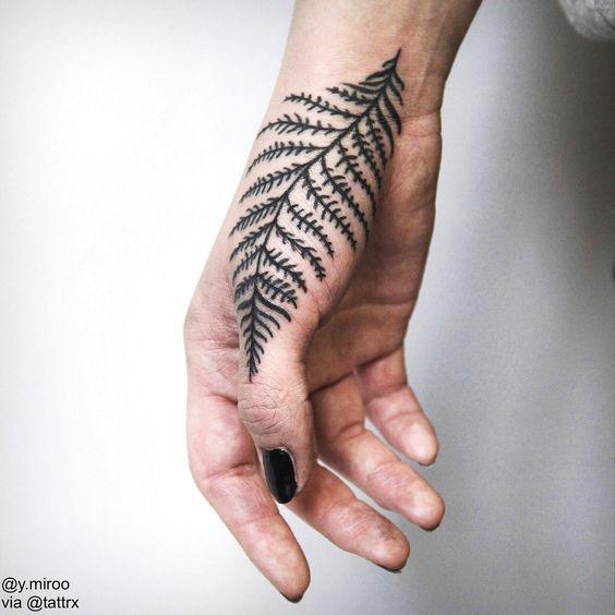 фото тату на пальцах on-tattoo папоротник