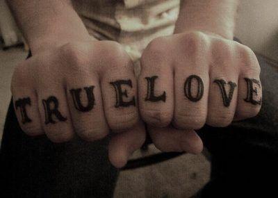 Тату на пальцах true love