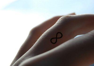 Тату на пальцах бесконечность минимализм