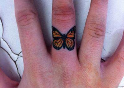 Тату на пальцах бабочка