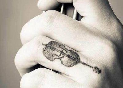Тату на пальцах скрипка