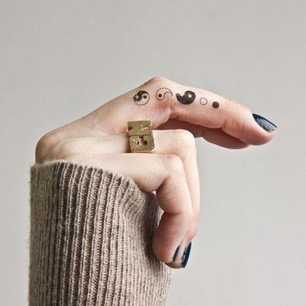фото тату на пальцах on-tattoo чб