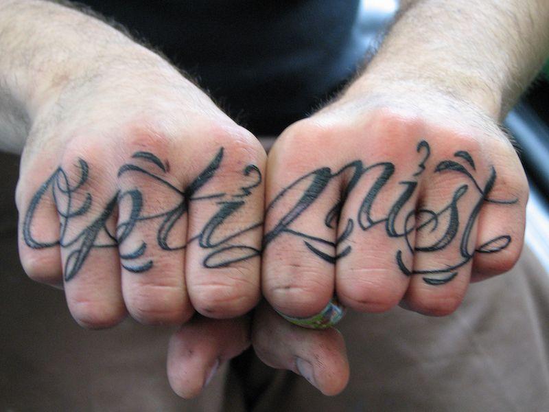 фото тату на пальцах on-tattoo надпись отптимист