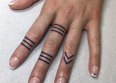 Тату на пальцах кольца