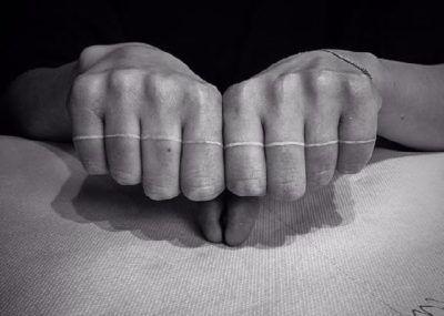 Тату на пальцах белая полоска