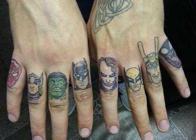 Тату на пальцах супергерои