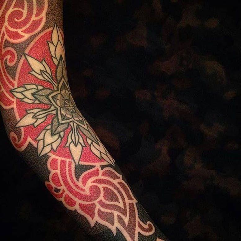 Красные и черные геометрические татуировки Марко Гальдо фото on-tattoo dotwork