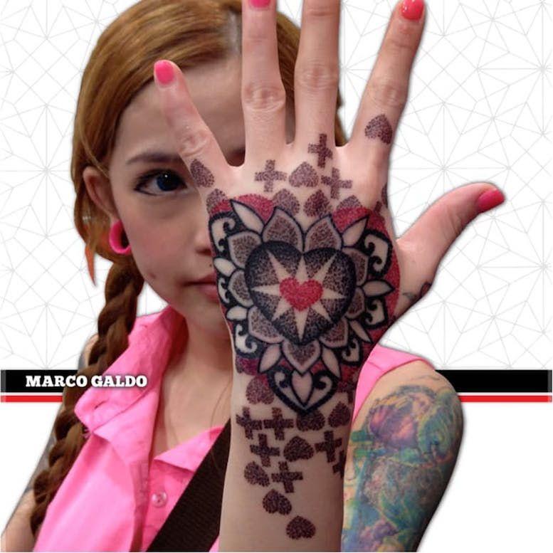 Красные и черные геометрические татуировки Марко Гальдо фото on-tattoo dotwork на руке