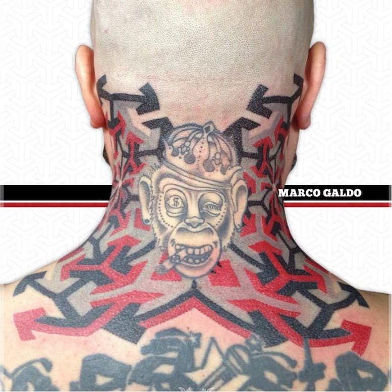 Красные и черные геометрические татуировки Марко Гальдо фото on-tattoo dotwork на шее