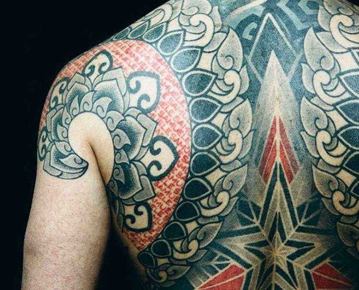 Красные и черные геометрические татуировки Марко Гальдо фото on-tattoo dotwork спина