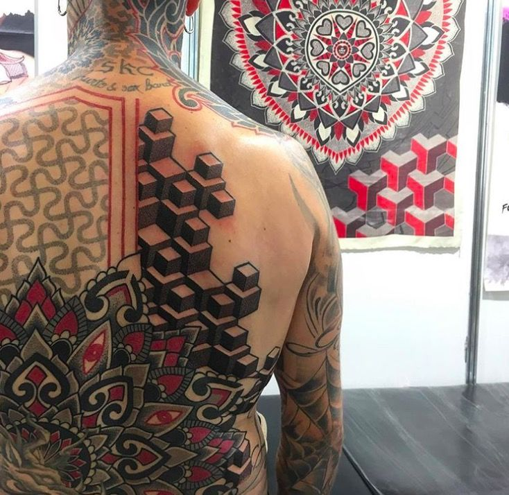 спина Красные и черные геометрические татуировки Марко Гальдо фото on-tattoo dotwork иллюзия