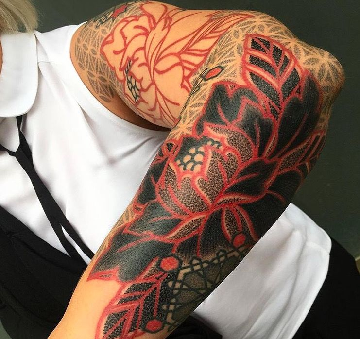 Красные и черные геометрические татуировки Марко Гальдо фото on-tattoo dotwork рука