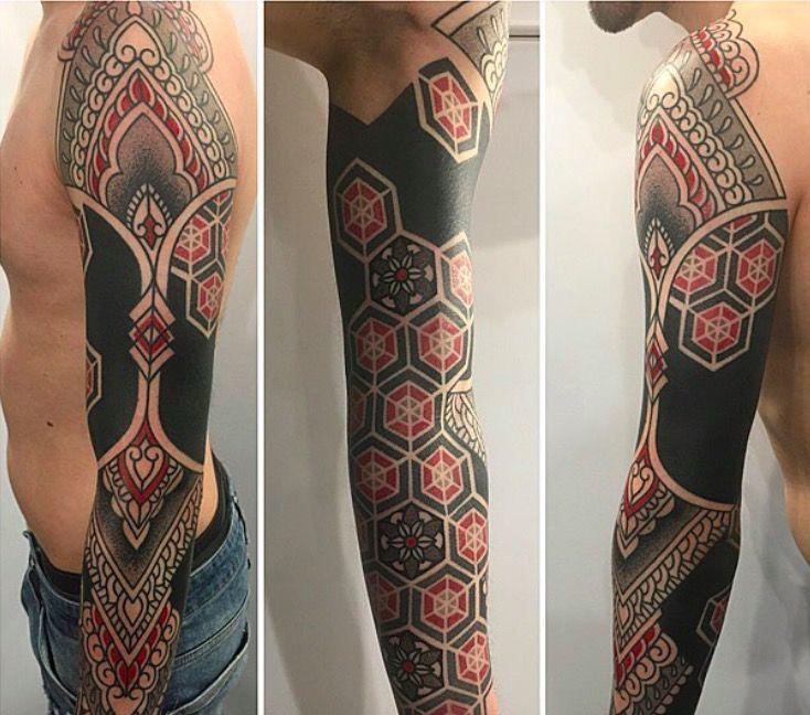 Красные и черные геометрические татуировки Марко Гальдо фото on-tattoo dotwork рукав