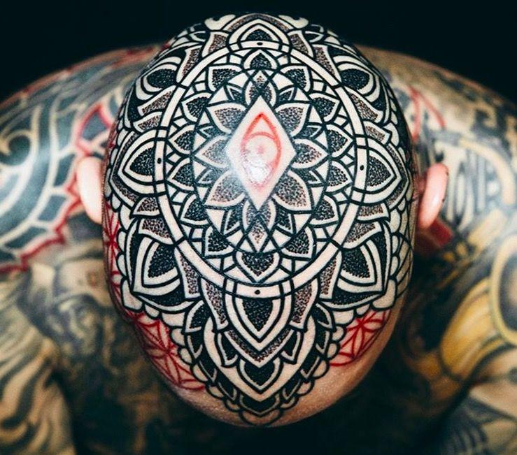 Красные и черные геометрические татуировки Марко Гальдо фото on-tattoo dotwork на голове