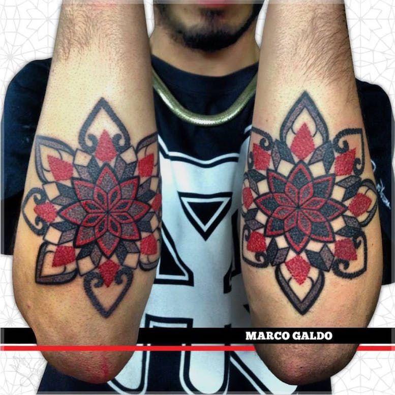 Красные и черные геометрические татуировки Марко Гальдо фото on-tattoo dotwork на руках