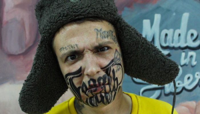 Сибиряк забился тату-девизом в половину лица (фото)