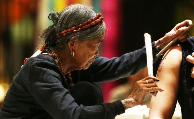 100-летняя женщина была доставлена с помощью Филиппинской армии и ВВС