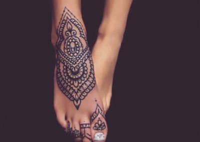 Татуировки в стиле Мехенди фото каталог тату для девушек на ноге