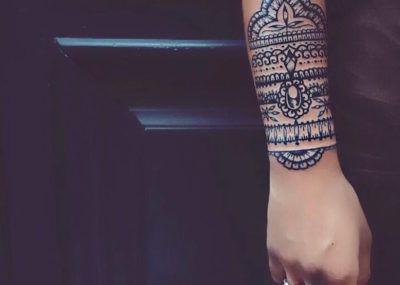 Татуировки в стиле Мехенди фото каталог тату для девушек на руке
