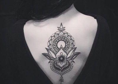 Татуировки в стиле Мехенди фото каталог тату для девушек на спине
