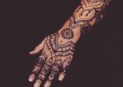 Татуировки в стиле Мехенди фото каталог тату для девушек рука