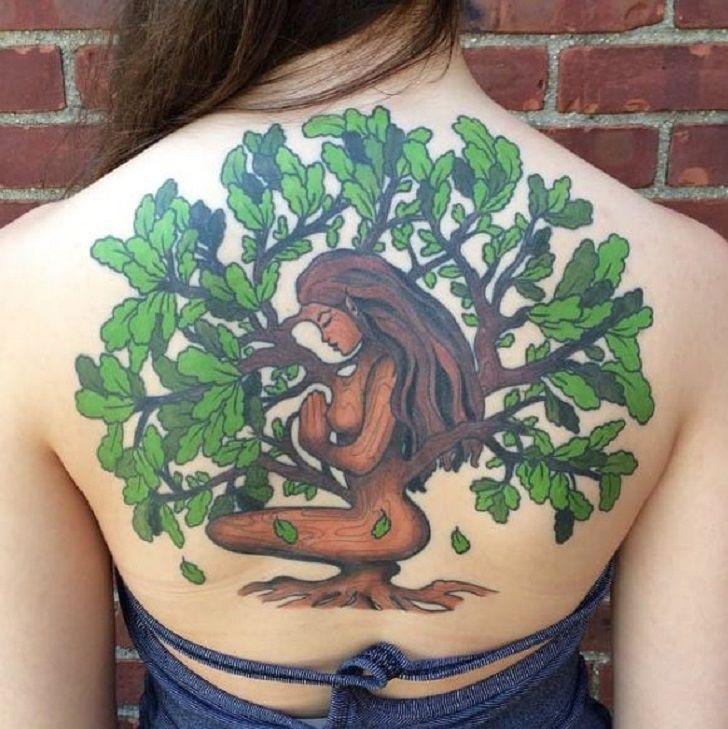 татуировка дуб на спине