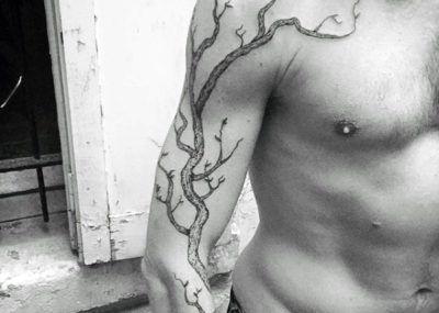 татуировка дуб на руке