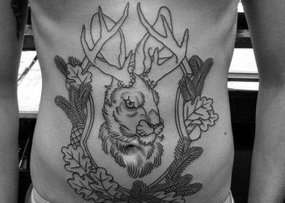 татуировка с дубом на животе