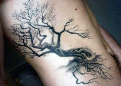татуировка с дубом на боку