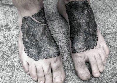 татуировка с дубом на ноге