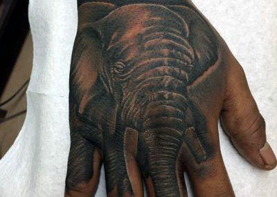 тату слон на ладони